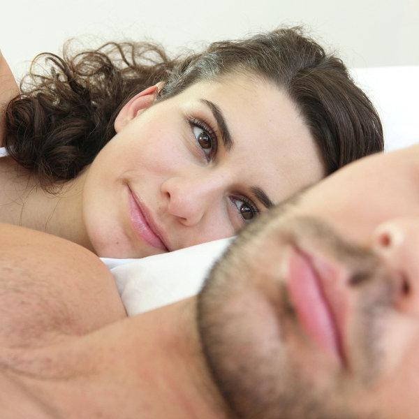 Муж фотографирует спящую жену  669324